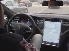 Тесла Автопилот уворачивается от подрезавшей машины - Tesla Autopilot